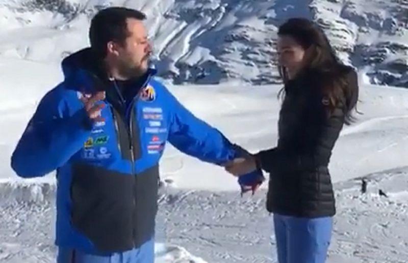 Matteo Salvini imita Papa Francesco: Anche io strattonato da una fan agitata