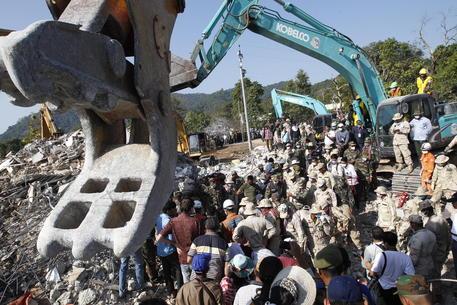 Crolla palazzo di sette piani in Cambogia: almeno 36 morti