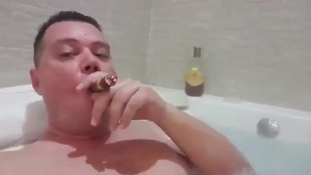 Il candidato leghista che imbarazza Matteo Salvini: il video nella vasca con sigaro e rum