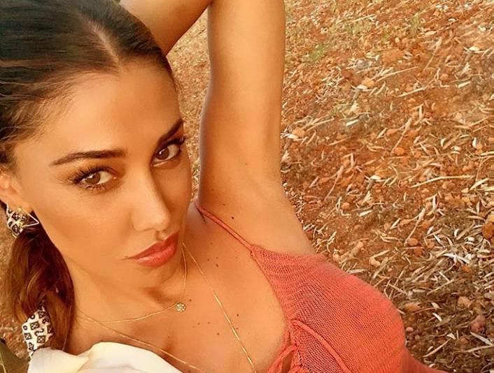 Belen Rodriguez si spoglia... La farfalla amata più amata d