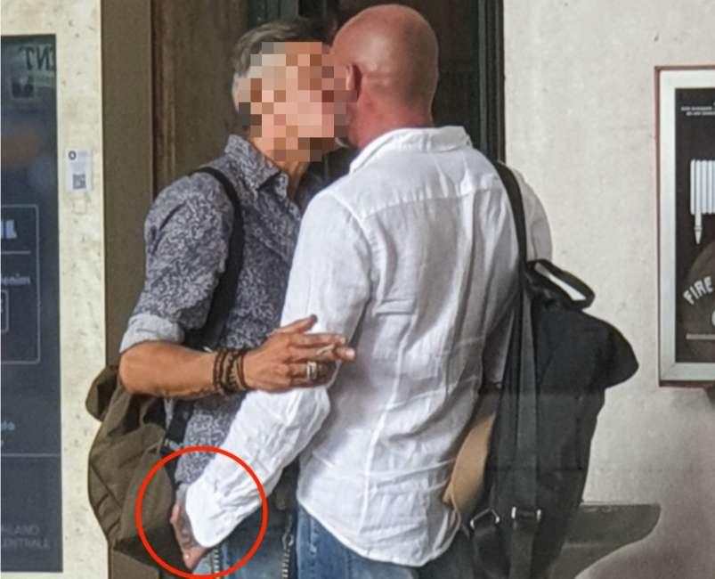 Chi è il famoso cantante italiano pizzicato in strada mentre bacia un uomo misterioso