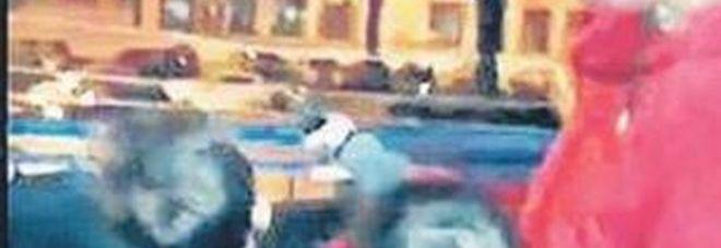 Video choc a Napoli: i bimbi con le pistole a Capodanno, denunciato il padre