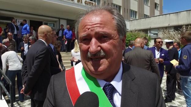 Timbra il cartellino e se ne va senza lavorare: arrestato il sindaco di Scalea Gennaro Licursi
