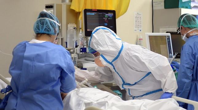 Coronavirus, il piccolo da solo per un mese con i genitori malati: il papà muore, la mamma sopravvive