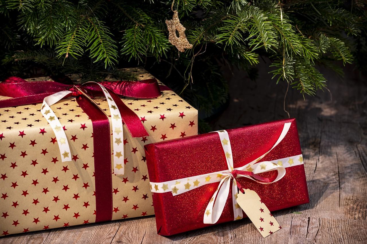 I ladri entrano in casa e rubano persino i regali di Natale sotto l