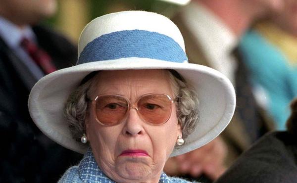 La Regina Elisabetta al volante della sua Jaguar verde... da sola!