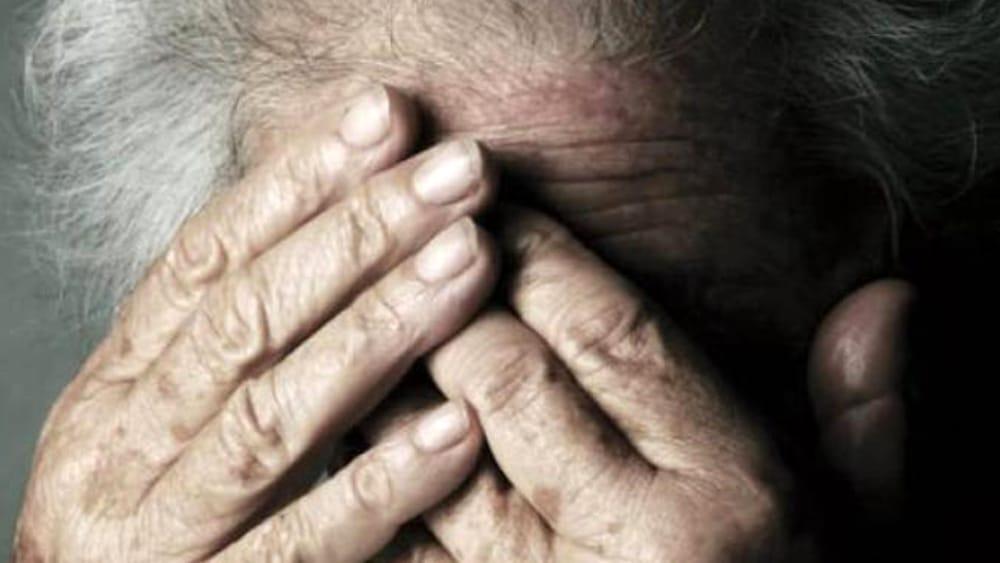 Va a trovare il marito al cimitero : 77enne tenta di stuprarla