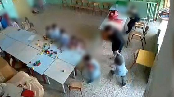 A Matera sospesa una maestra mostro : Schiaffi e offese ai bambini