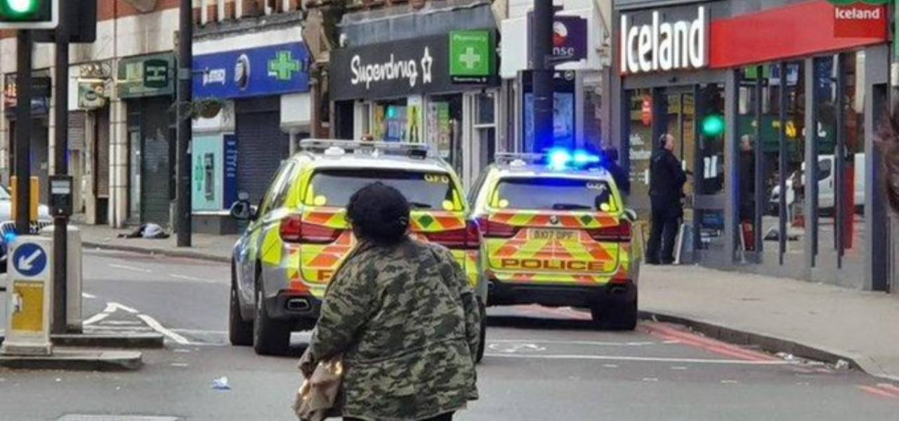 Attentato terroristico a Londra, accoltella passanti in strada | Video