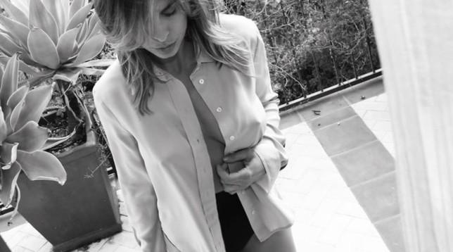 Si vede tutto : Elisabetta Canalis super sexy col seno al vento