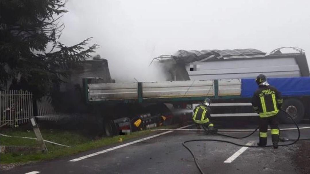 Incidente Poviglio, il rogo dopo lo schianto fra Tir : Muore camionista intrappolato