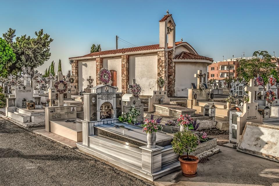 Choc al cimitero di Chiaravalle : neonato mummificato trovato sopra una bara