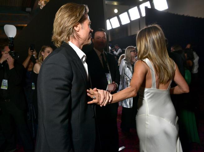Quella mano trattenuta... Brad Pitt e Jennifer Aniston di nuovo insieme?