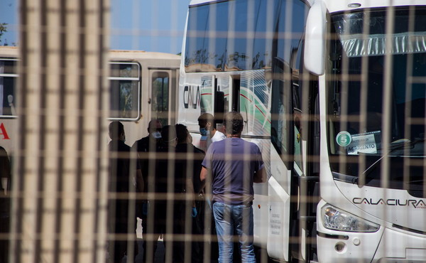 A Lampedusa 58 migranti col virus, Salvini: Pensano alla scuola, e intanto...