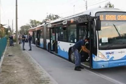 Senza biglietto accoltella 4persone sul bus : Bimbo grave
