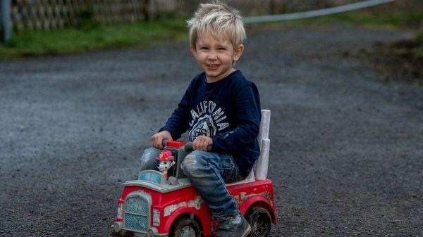 Eroe di Natale : Il bimbo sulla strada trafficata con il camion giocattolo per soccorrere il padre