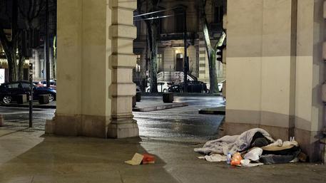 Clochard morto in strada a Milano : il cadavere trovato accanto a una panchina