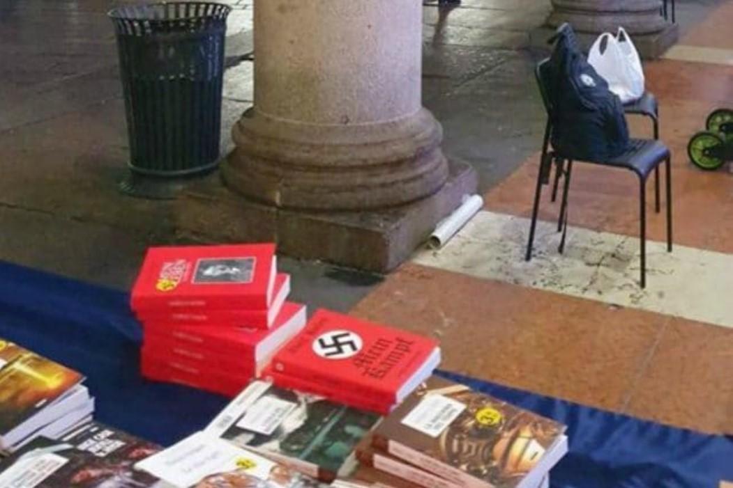 Da brividi... l Mein Kampf di Hitler venduto in piazza Duomo a Milano