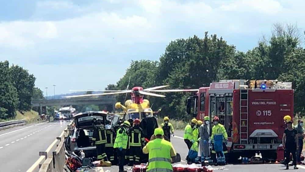A1 Arezzo, scontro fra auto e camion : morti due bimbi