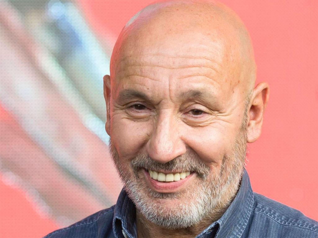 Maurizio Battista : basta con le canzoni dal balcone e accusa la D'Urso
