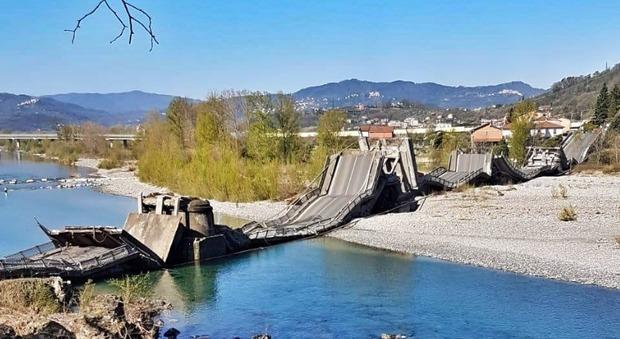 Furgone cade giù : A Massa-Carrara crolla il ponte che collega Santo Stefano Magra e Albiano