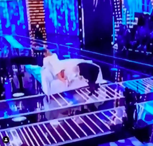 Vittorio Sgarbi sbircia sotto la gonna di Barbara D'Urso a Live Non è la D'Urso