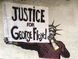 Caso Floyd: due agenti spingono anziano e lo lasciano a terra nel sangue