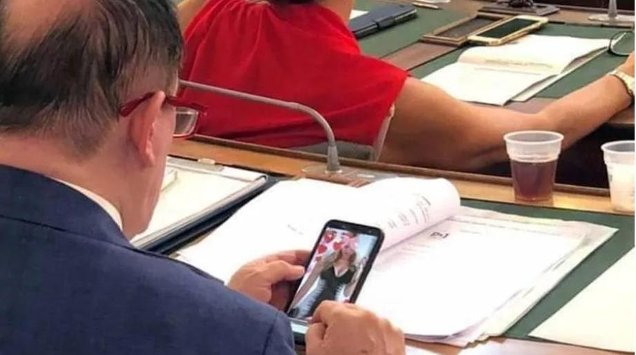 Il consigliere Lega che guarda foto bollenti in aula... era il profilo di una collega