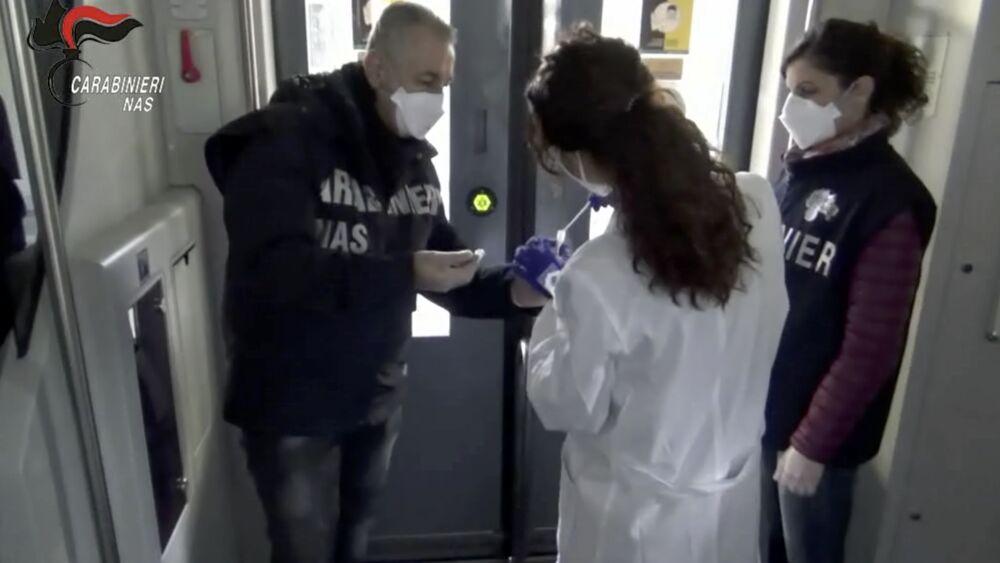 Covid su pulsanti e maniglie : Il virus viaggia su bus e treni a Roma
