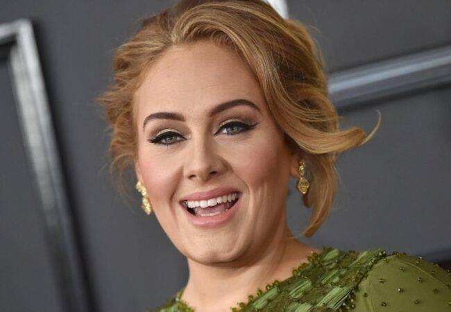 Adele è irriconoscibile: 44 kg in meno e biondissima