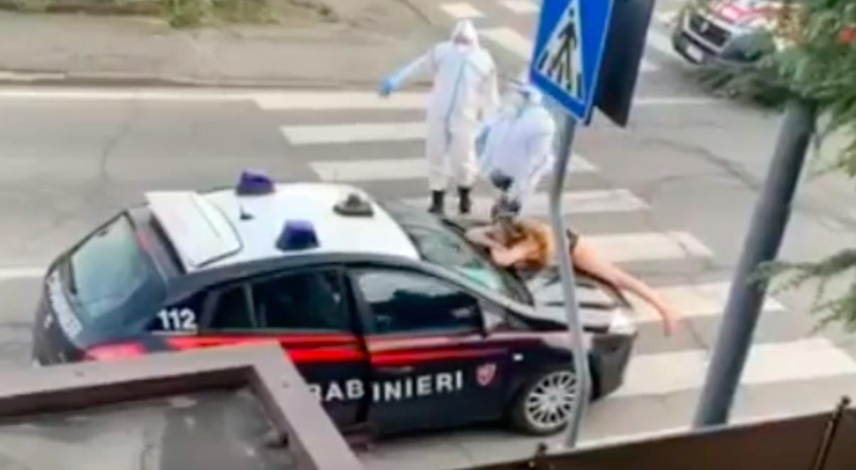 Piacenza, donna nuda sull'auto dei carabinieri: ecco il video