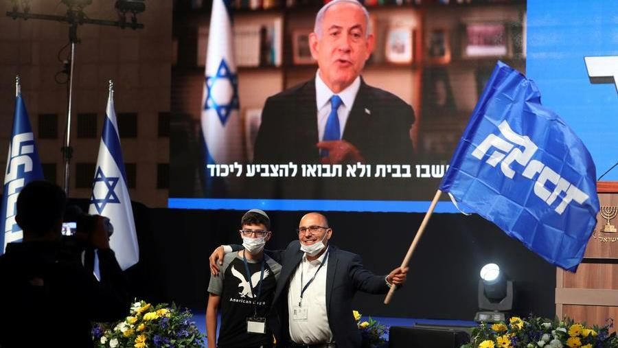 Naftali Bennett con Benjamin Netanyahu, ma non basta