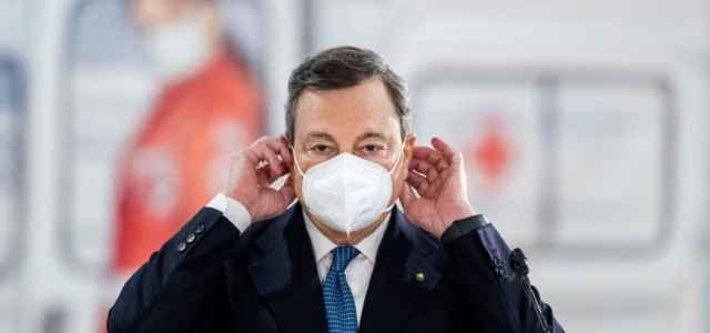 Premier Mario Draghi vaccinato con AstraZeneca : Con la moglie all'Hub Termini Roma