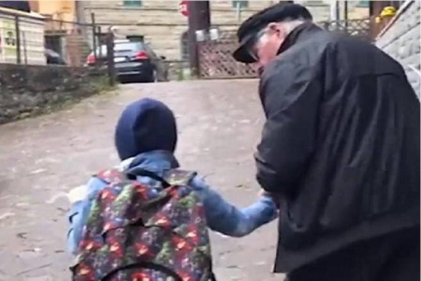 Romano è il nonno dell'anno, 60 km al giorno per portare bimbo non vedente a scuola