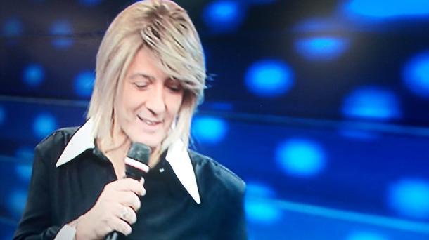 Fiorello a Sanremo 2020 vestito da Maria De Filippi