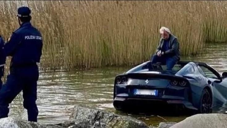 Parcheggia la Ferrari in folle e l