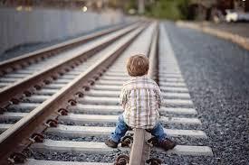 Il piccolo rincorre treno in partenza: poliziotto lo afferra e lo salva