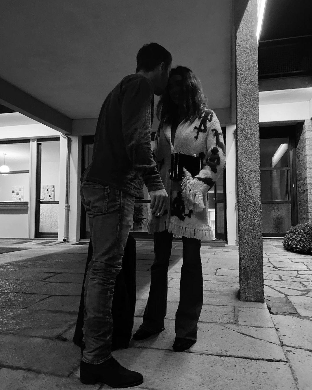 Il primo bacio tra Belen Rodriguez e il nuovo compagno Antonino Spinalbese