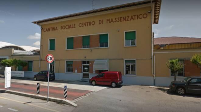 Sandro Santini cade in una cisterna di lambrusco e muore: colpito dall