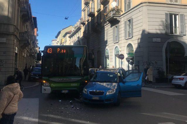Scontro tra bus Atm e auto a Milano : 2 feriti, anche un bimbo di 7 anni
