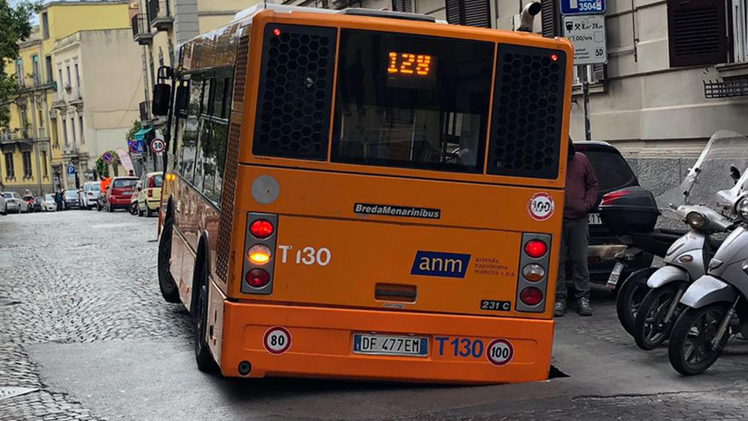 A Napoli autobus in voragine : Paura passeggeri