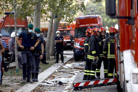 Esplosione in una palazzina a Milano: sei i feriti, uno è grave