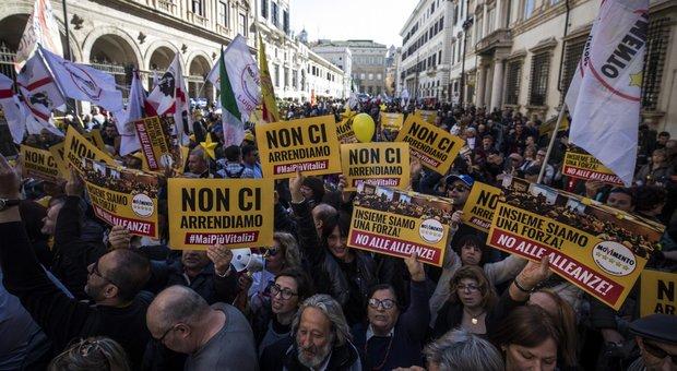Il Movimento 5S in piazza contro i vitalizi : Ma ci sono anche i cartelli anti Pd