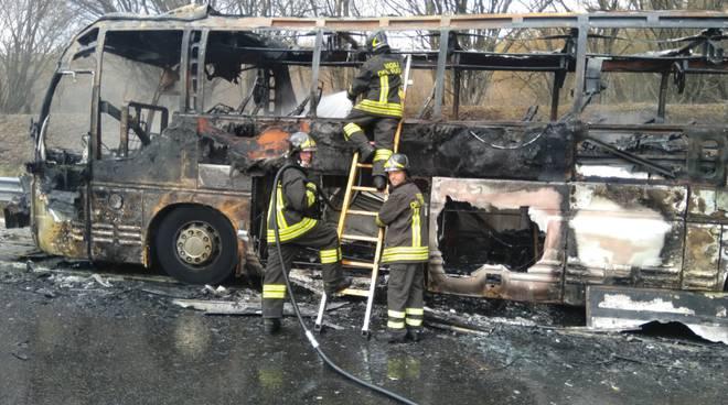 Autista salva passeggeri in A24 : bus carico di persone va in fiamme